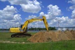 Экскаватор выкапывая землю Стоковые Фотографии RF