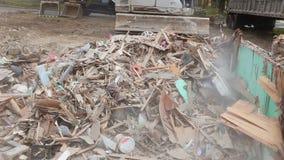 экскаватор демонтирует сломленный дом после трагедии сток-видео