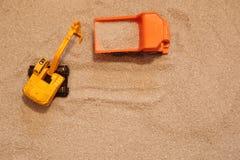 Экскаватор и тележка игрушки в песке Стоковое Фото