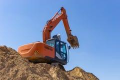 Экскаватор на строительной площадке нагружает песок стоковое изображение rf