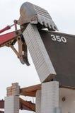Экскаватор развалины на сокрушать работы стоковые фото