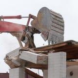 Экскаватор развалины на сокрушать работы стоковые изображения