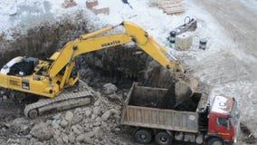 Экскаватор Crawler работая на строительной площадке акции видеоматериалы