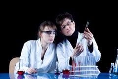 экспериментируя женские научные работники стоковые изображения rf
