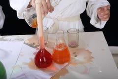 Эксперименты по девушки проводя в химии Стоковое Изображение RF