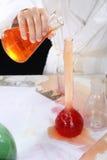 Эксперименты по девушки проводя в химии Стоковые Изображения