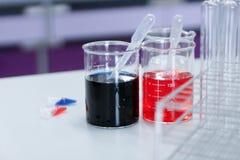 Эксперименты по лаборатории на химикатах лаборатории стоковые фото
