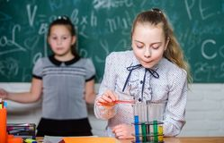 эксперименты по науки в лаборатории Исследование химии Дети используя микроскоп Урок биологии задняя школа к стоковые изображения