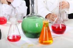 Эксперименты по проведения девушек в химии Стоковая Фотография RF