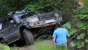 Экспедиционная зона overcom SUV пробуя трудная через ворот видеоматериал