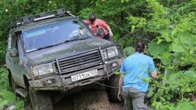Экспедиционная зона overcom SUV пробуя трудная через ворот акции видеоматериалы