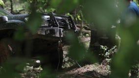 Экспедиционное полученное SUV вставило в лесе и пробовать выйти через ворот видеоматериал