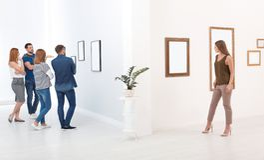 Экспозиция людей осматривая стоковое фото