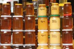 Экспозиция меда в базаре стоковые изображения rf