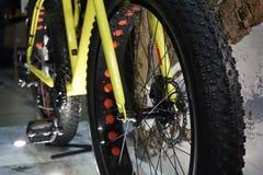 ЭКСПО 2017 ВЕЛОСИПЕДА, Киев, Украина Закройте вверх по велосипеду велосипеда колеса взгляда, горному велосипеду Стоковая Фотография