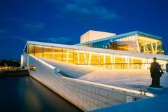 Экстерьер белого здания оперного театра Осло Стоковые Фотографии RF