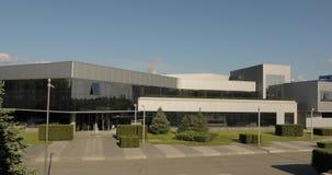 Экстерьер большой современной фабрики или фабрики, промышленного экстерьера, современного офиса или коммерчески центра сток-видео
