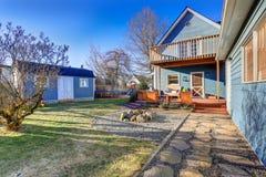 Экстерьер голубого дома мастера с покрытым задним подъездом, огнем p Стоковые Изображения RF