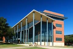 Экстерьер здания с солнцезащитным кремом   Стоковая Фотография