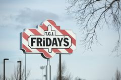 Экстерьер и логотип TGI пятниц ` S TGI пятницы американская сеть ресторанов фокусируя на вскользь обедать стоковые изображения rf