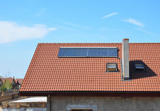 Экстерьер концепции жилищного строительства выхода по энергии новый пассивный Крупный план на топлении панели воды солнечной энер Стоковое Изображение RF