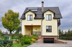 Экстерьер концепции жилищного строительства выхода по энергии новый пассивный Уютный дом с солнечным топлением панели воды, окнам Стоковое Изображение