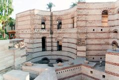 Экстерьер коптской церков в Каире, Египте с глубокими ямами стоковые изображения rf