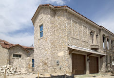 Экстерьер нового дома утеса под конструкцией Стоковое Изображение