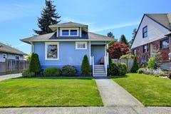 Экстерьер дома в свете - сини Взгляд двора перед входом и входа po Стоковые Фотографии RF