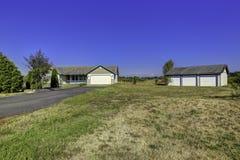 Экстерьер дома сельской местности с ландшафтом Estat Вашингтона реальное Стоковое Изображение RF