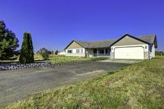 Экстерьер дома сельской местности с ландшафтом Estat Вашингтона реальное Стоковые Фото