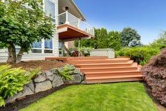 Экстерьер дома с ландшафтом задворк Стоковые Фотографии RF