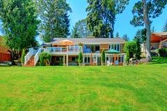 Экстерьер дома с впечатляющими дизайном ландшафта задворк и районом патио стоковые фото