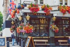 Экстерьер паба с составами цветка в центре города Лондона Стоковые Изображения RF