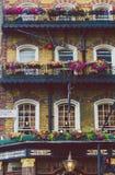 Экстерьер паба с составами цветка в центре города Лондона Стоковое фото RF