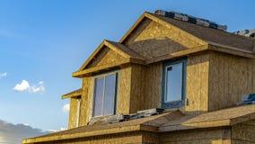 Экстерьер панорамы дома под конструкцией освещенной солнечным светом на солнечный день стоковые фото