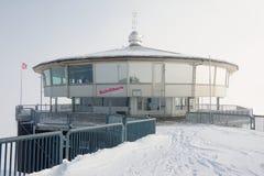 Экстерьер ресторана Piz Глории вращаясь на день зимы пасмурный около Murren, Швейцария Стоковые Фотографии RF