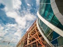 Экстерьер современного авиапорта, части здания под конструкцией на предпосылке голубого неба Стоковое фото RF