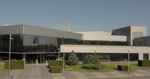 Экстерьер современных storehouse или фабрики, заводов изготовителя плитки, керамики кроет производство черепицей, экстерьер совре сток-видео