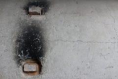 Экстерьер старой конкретной печи с огнеупорными кирпичами в отверстиях сброса стоковые фото