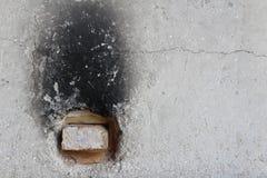 Экстерьер старой конкретной печи с огнеупорным кирпичом в отверстии сброса стоковое изображение rf