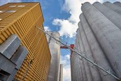 Экстерьер фабрики с силосохранилищами зерна Стоковое Изображение RF