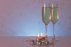 Экстренныйый выпуск подкрашивал фото шаблона поздравительной открытки сделанного из 2 стекел шампанского с 2 свечами, шариками ро Стоковое фото RF