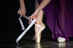 Элегантная балерина представляет в студии на темной предпосылке в низком ключе Стоковые Изображения RF