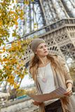 Элегантная женщина держа карту и смотря в расстояние в Париже Стоковые Изображения RF