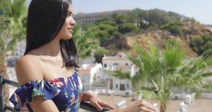 Элегантная женщина представляя на террасе сток-видео