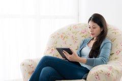 Элегантная женщина работника офиса красоты сидя на софе Стоковые Изображения RF