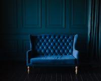Элегантная живущая комната в голубых тонах голубые стены Стоковые Изображения RF
