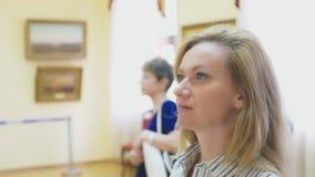 Элегантная красивая женщина смотрит изображения в картинной галерее Музей изобразительных искусств 4K акции видеоматериалы