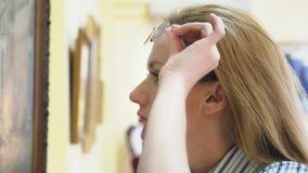 Элегантная красивая женщина смотрит изображения в картинной галерее Музей изобразительных искусств 4K видеоматериал